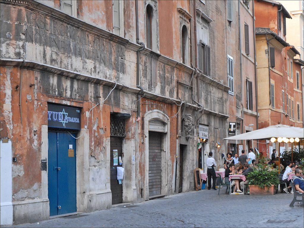 La via del Portico di Ottavia - Ghetto de Rome.